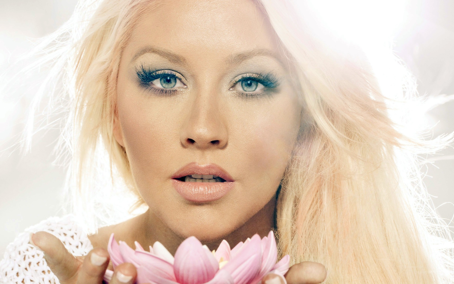 Download this Christina Aguilera Tiene Nuevo Single Let There Love picture